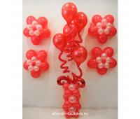 Фонтан из шариков на стойке с цветами