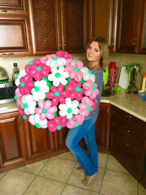 Именинница с красивым букетом из воздушных шариков