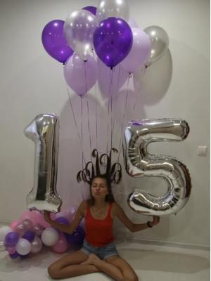 Счастливая именинница с воздушными шариками