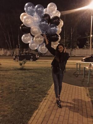Счастливая именинница с воздушными шарами