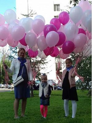 Дети и родители с воздушными шариками